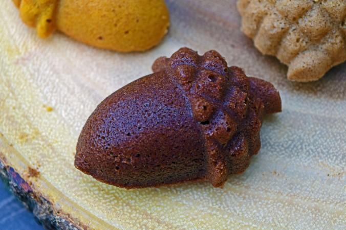 Chocolate acorn cakelet